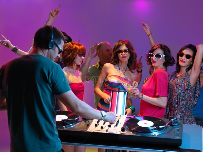 DJ que joga a música no clube de noite foto de stock