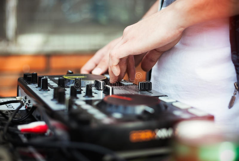 DJ que joga a música no controlador de midi fotografia de stock