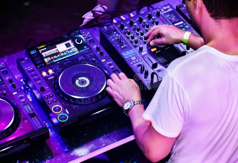 DJ que joga a trilha foto de stock royalty free