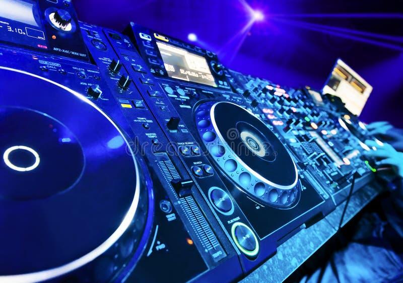 DJ que joga a trilha foto de stock