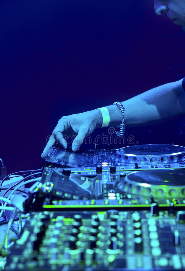 DJ que joga a trilha fotos de stock royalty free
