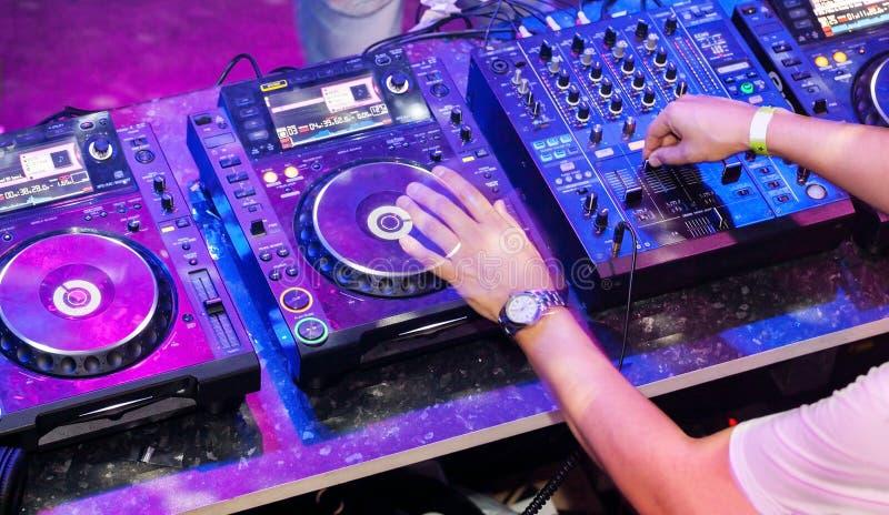 DJ que joga a trilha imagens de stock royalty free