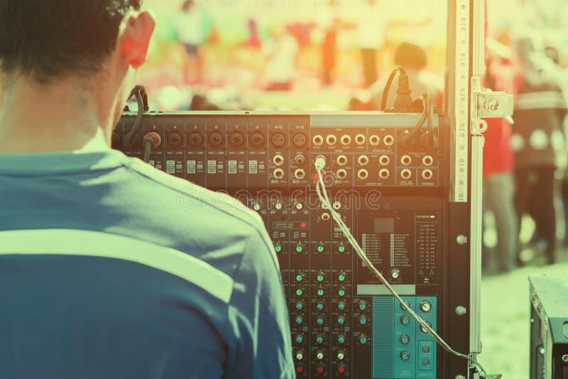 DJ que juega música ajusta el mezclador audio fotografía de archivo libre de regalías