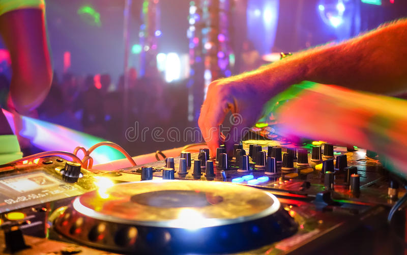 DJ que juega música del partido en jugador moderno del usb del Cd en club del disco foto de archivo