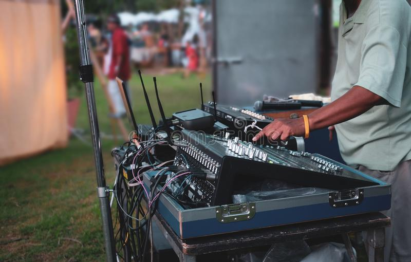 DJ que juega música en festival tradicional vivo fotos de archivo libres de regalías