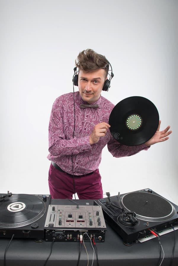 DJ que levanta com registro de vinil imagem de stock royalty free
