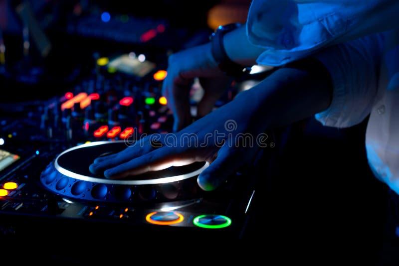 DJ que mistura e que risca a música em um concerto