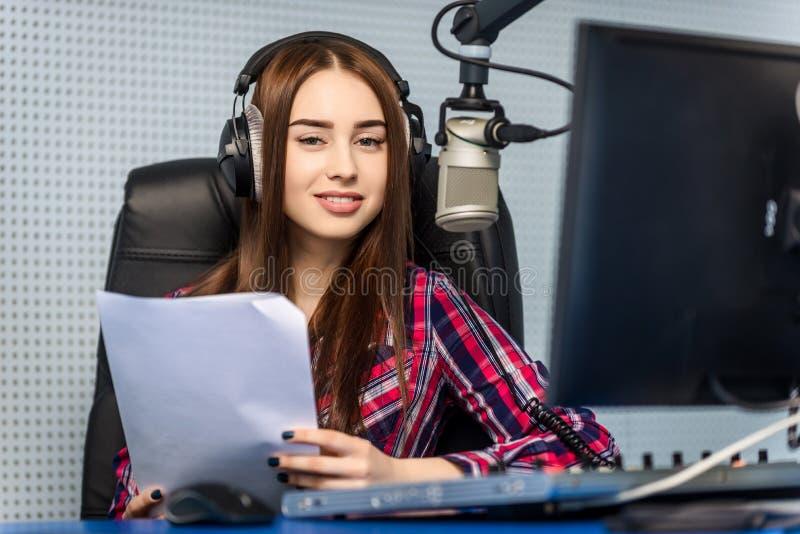 DJ que trabaja en la radio foto de archivo