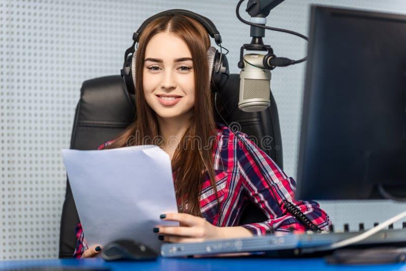 DJ que trabalha no rádio imagens de stock