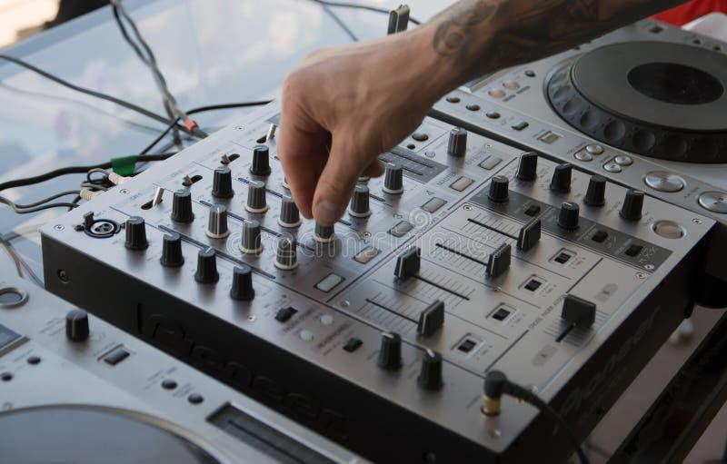 DJ ręka na muzyce, pulpit operatora zdjęcie stock