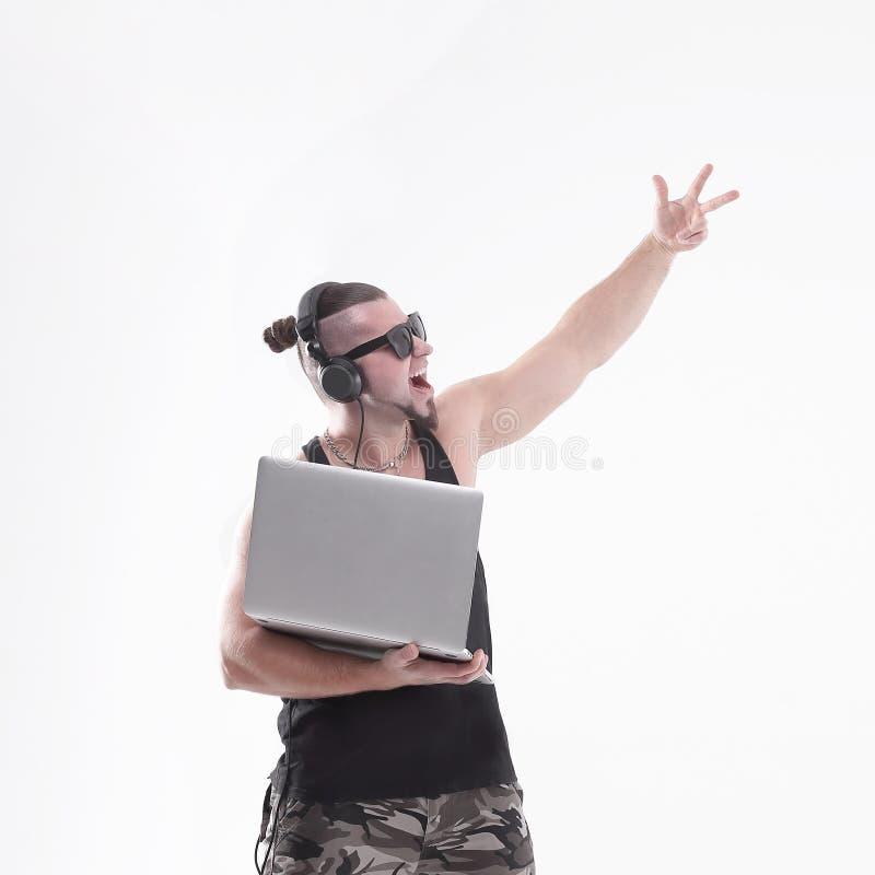 DJ-rapper felice con un computer portatile aperto Fondo bianco isolato fotografia stock