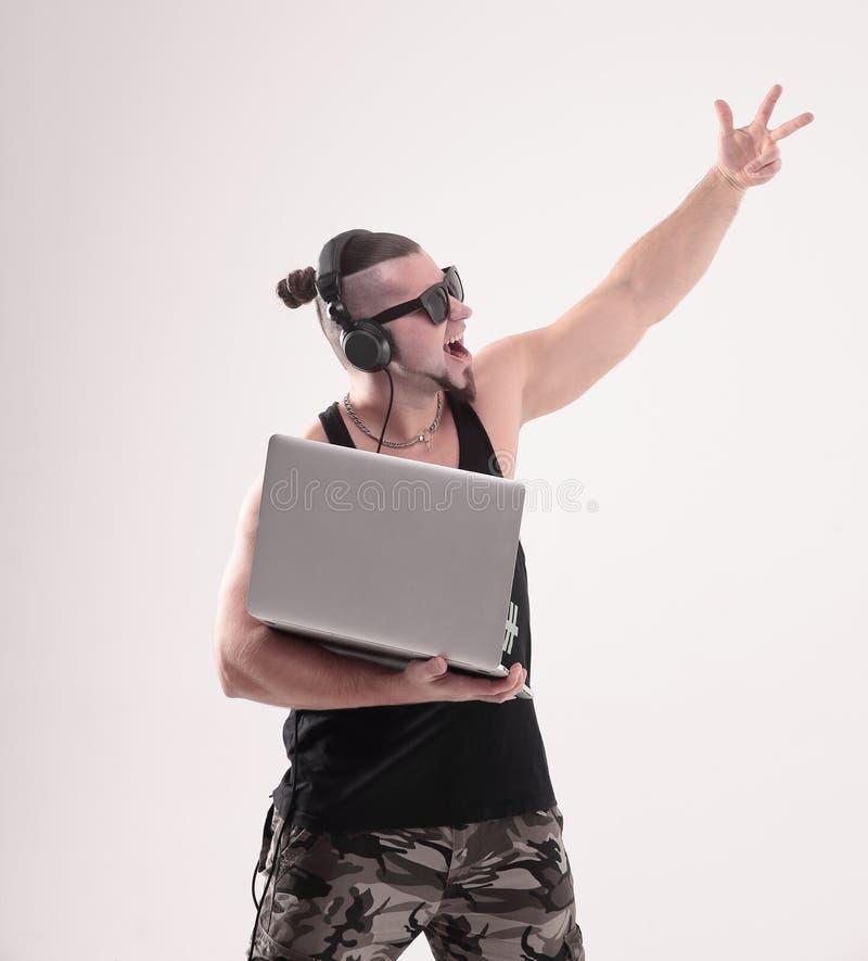 DJ-rapper feliz com um portátil aberto Fundo branco isolado imagens de stock royalty free