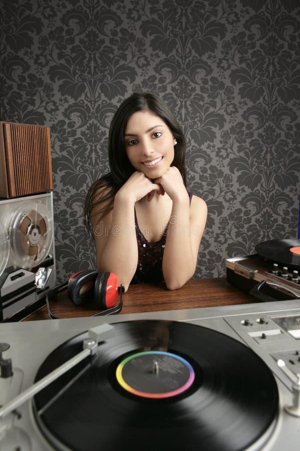 DJ-Retro- Frauenweinlesevinyldrehscheibemusik lizenzfreie stockfotografie