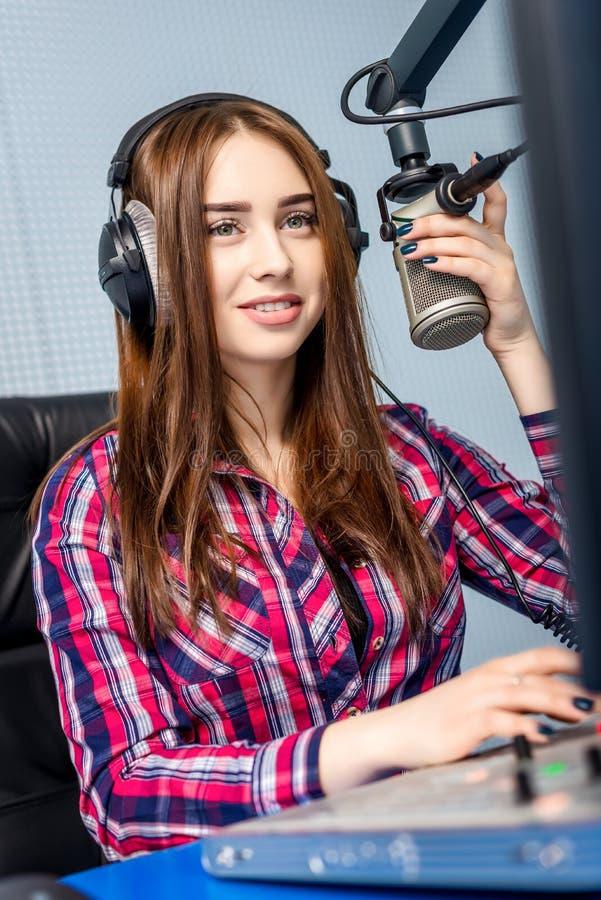 Dj som arbetar på radion fotografering för bildbyråer