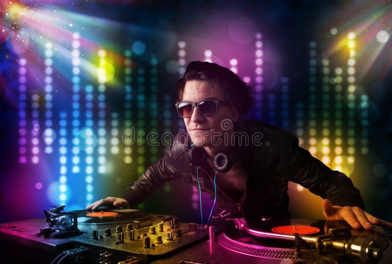 Dj som spelar sånger i ett disko med ljus show arkivfoto