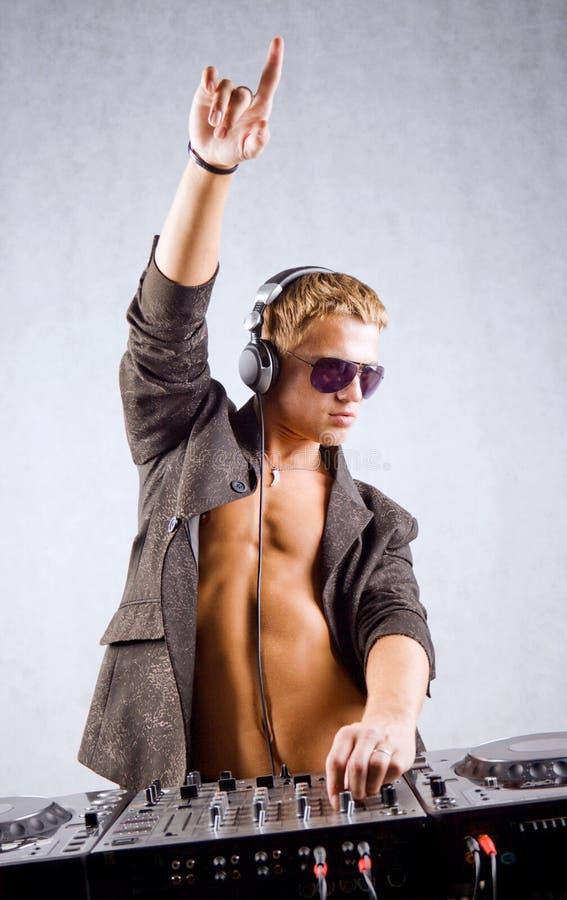 DJ speelt elektromuziek stock foto