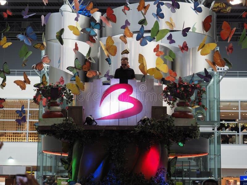 DJ speelt muziek na het Tomorrowland-Festival bij de Luchthaven van Brussel royalty-vrije stock afbeeldingen