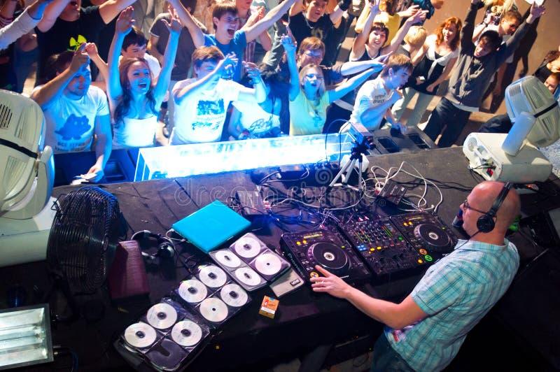 DJ-Spielen lizenzfreie stockfotografie