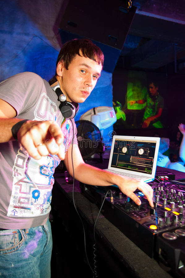 DJ-Spielen lizenzfreie stockfotos