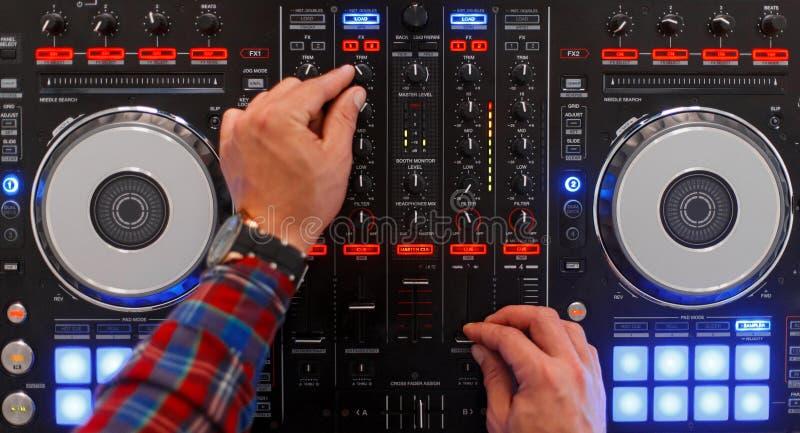 DJ w trakcie pracy Mężczyzna ` s ręki bawić się obraz royalty free