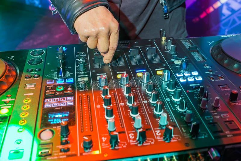 DJ, welches die Bahn im Nachtklub - Madame Tussauds Museum spielt stockfotos