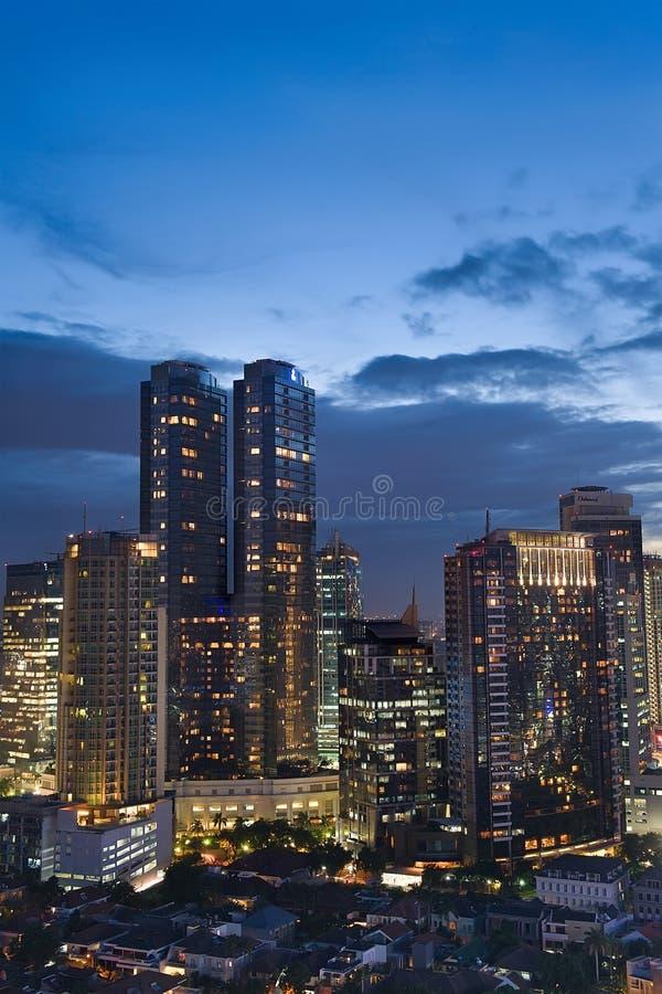 Djakarta bij nacht stock afbeeldingen