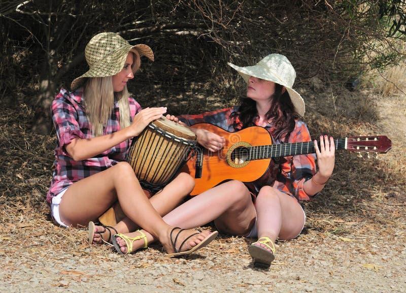 djembe κιθάρα κοριτσιών που παί&ze στοκ εικόνα