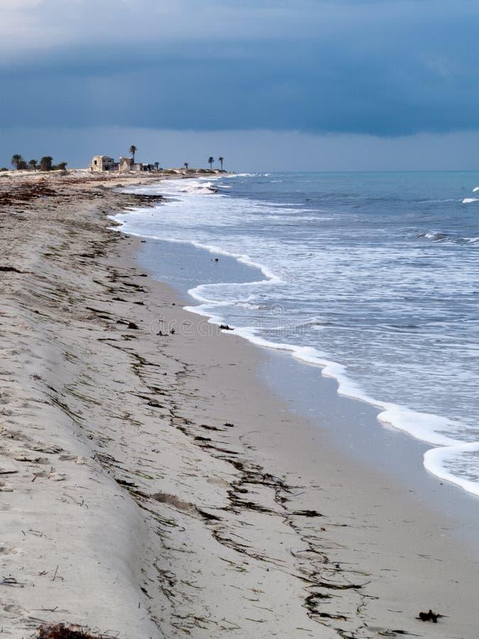 Djerba, Túnez, playa con el mar y las ondas, cielo nublado imagen de archivo