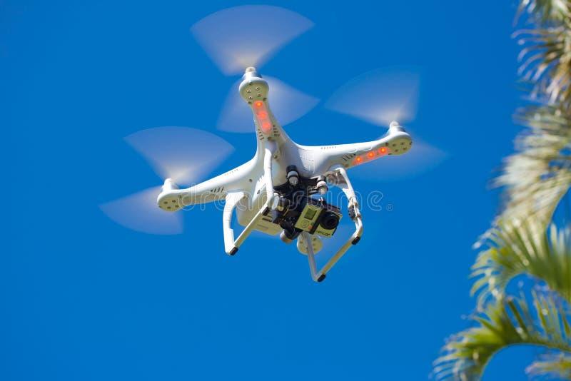 DJI-Phantom 2 Quadcopter-Brummen im Flug mit GoPro-Kamera lizenzfreie stockfotos