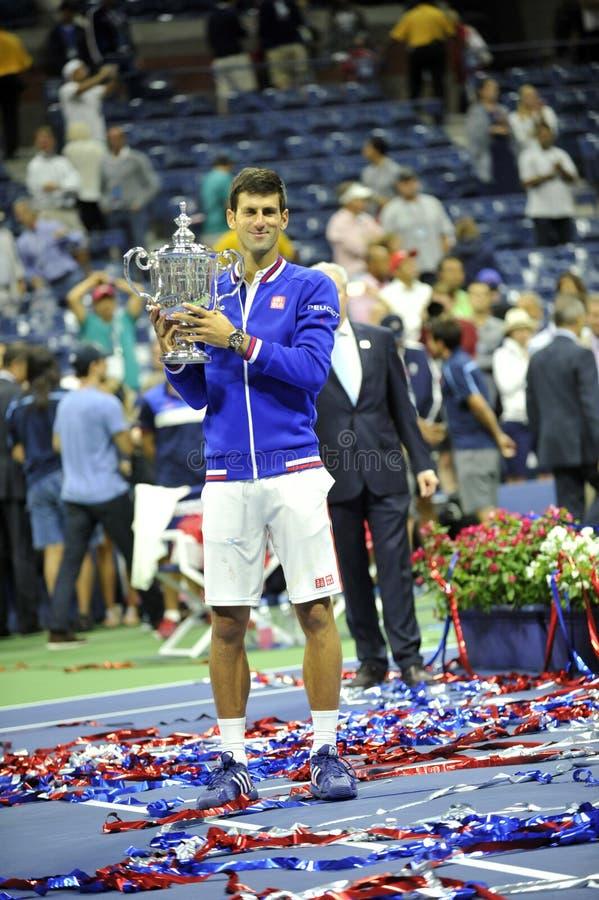 Djokovic Novak mit Trophäe von US Open 2015 (161) lizenzfreie stockbilder