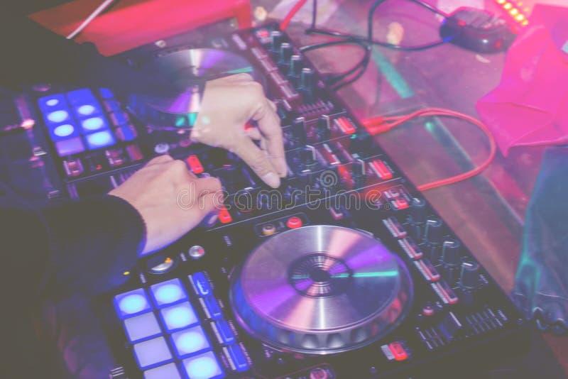 DJs предпосылка конспекта захода солнца света wite нерезкости движения паба партии ночи смесителя плиты turntables turntablism стоковая фотография rf
