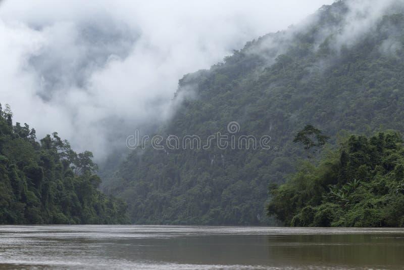 Djungel, berg och den Nam Ou floden i nordliga Laos fotografering för bildbyråer