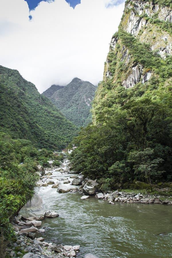 Djungel för järnvägspår korsningen och Urubamba flod, connectin royaltyfria foton