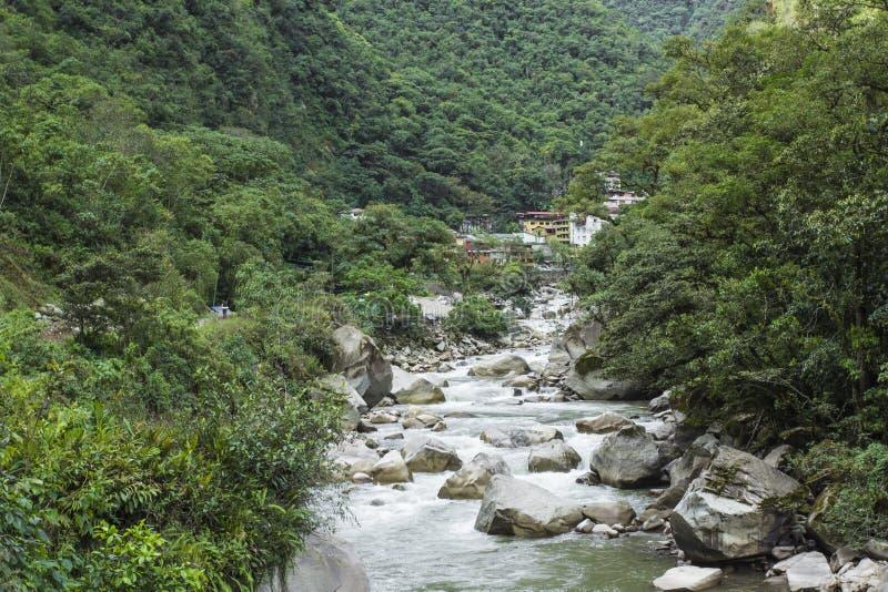 Djungel för järnvägspår korsningen och Urubamba flod, connectin royaltyfri bild