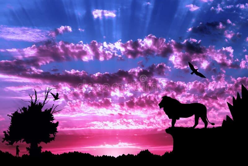 Djungel med berg, det gamla trädet, fågellejonet och meerkat på purpurfärgad molnig solnedgång arkivbild