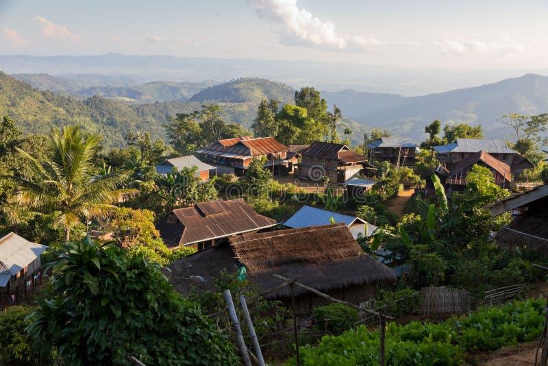 Djungelby nära Hpa, Burma arkivbilder