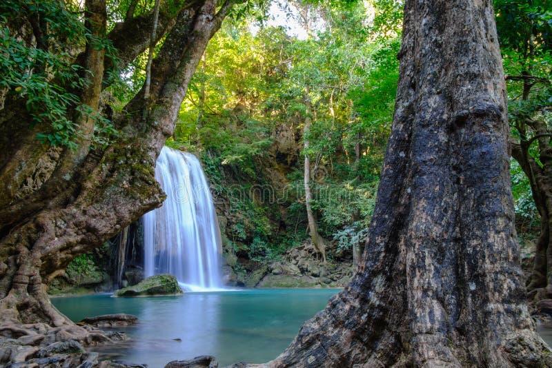Djungellandskap med flödande blått vatten av den Erawan vattenfallet royaltyfri foto