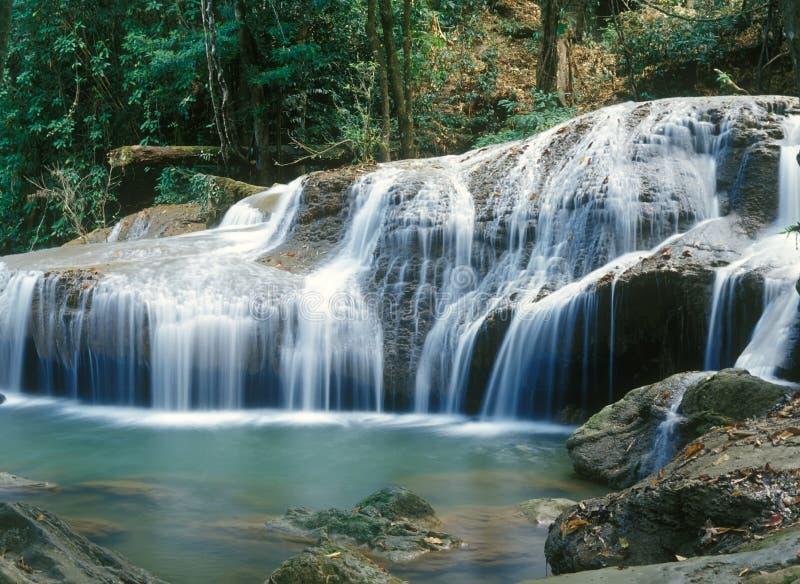 djungelthailand vattenfall fotografering för bildbyråer