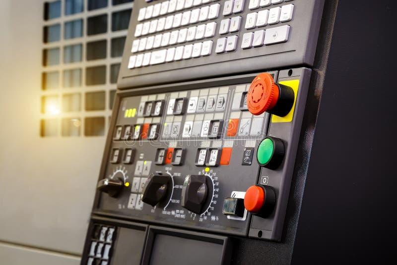 Djup för knapp för nöd- stopp av fältet, fokussuddighet i CNC-maskinkontrollbord med att bearbeta med maskin maskinen och sen pro fotografering för bildbyråer