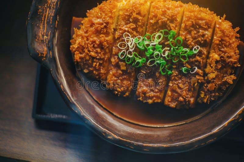 Djup Fried Pork Japanese uppsättning på den svarta plattan royaltyfri foto