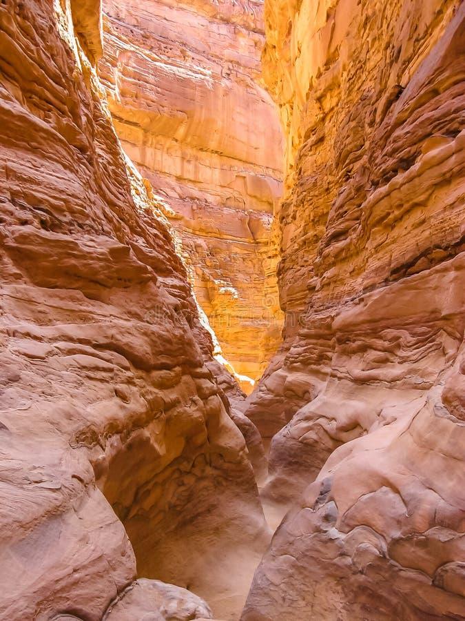 Djup klyfta i kulör kanjon royaltyfri fotografi