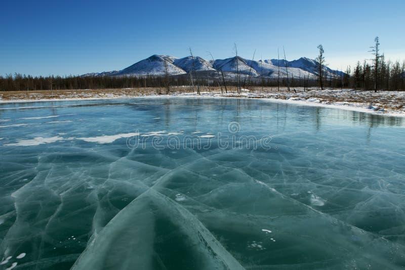 Djup is på en sjö i sprickorna arkivfoton