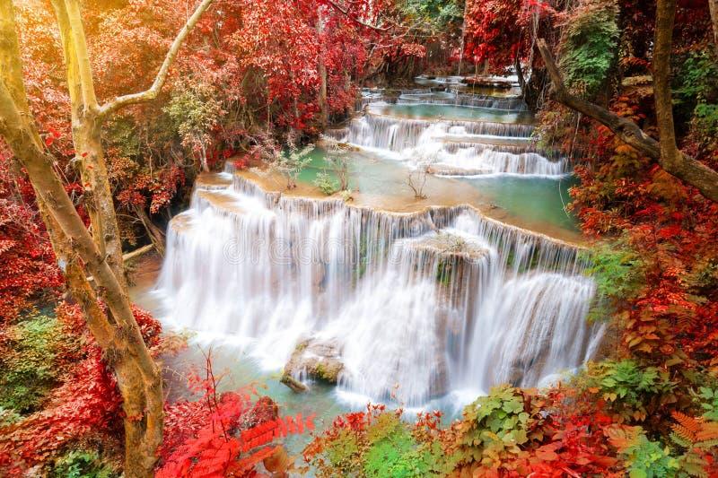 Djup skogvattenfall i höstplats på Huay waterfal Mae Kamin arkivbilder
