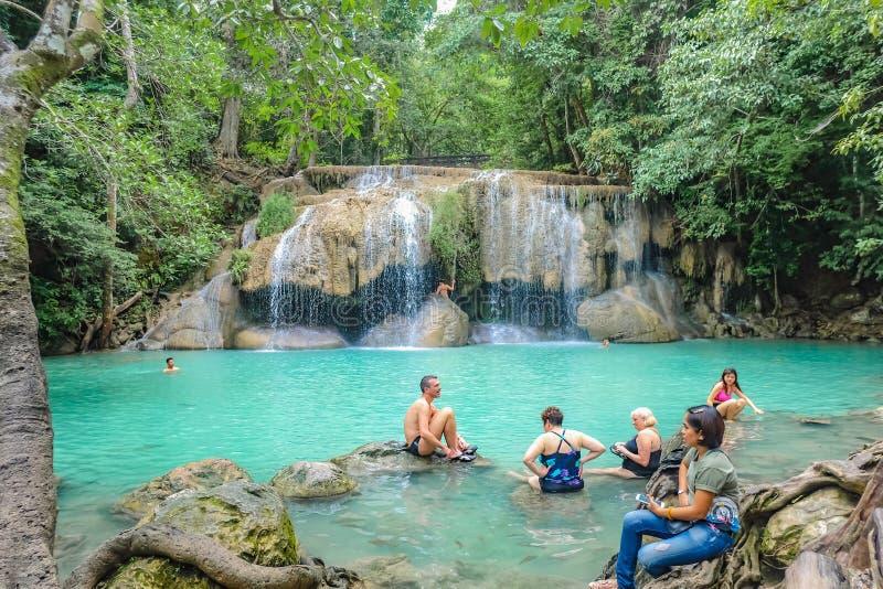 Djup skogvattenfall med turisten i erawan nationalparkkanchanaburi royaltyfria bilder