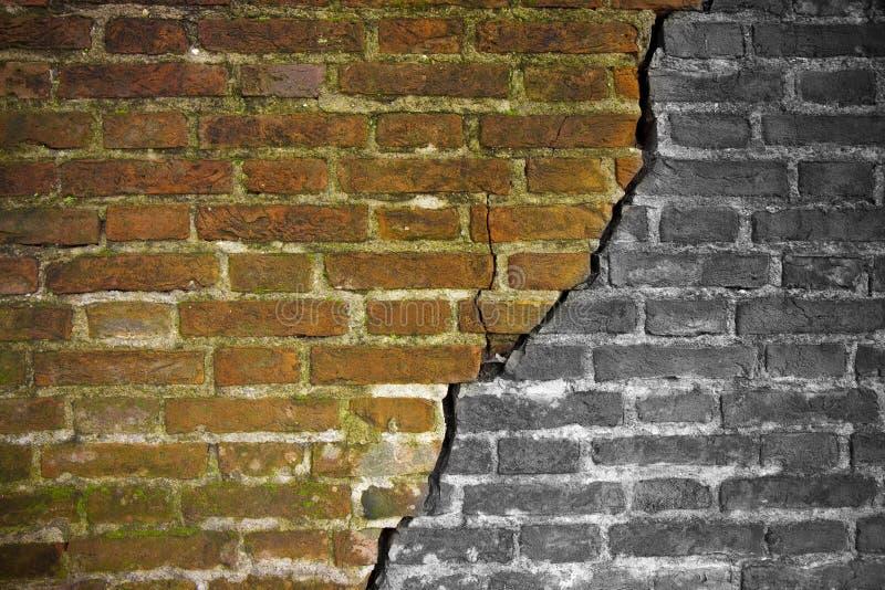 Djup spricka i gammal tegelstenvägg - begreppsbild med kopieringsutrymme arkivbild