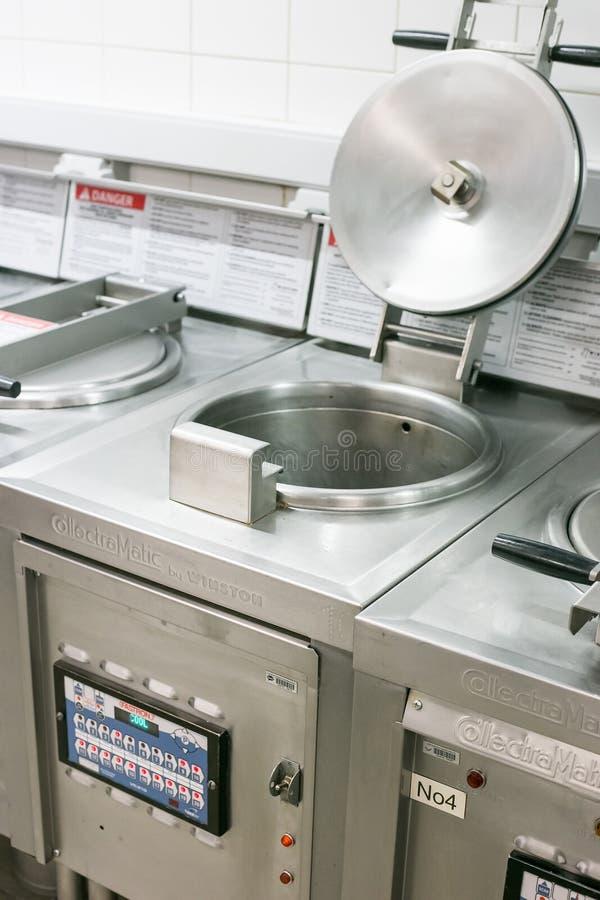 Djup stekpanna i bort kök för tagande arkivbilder