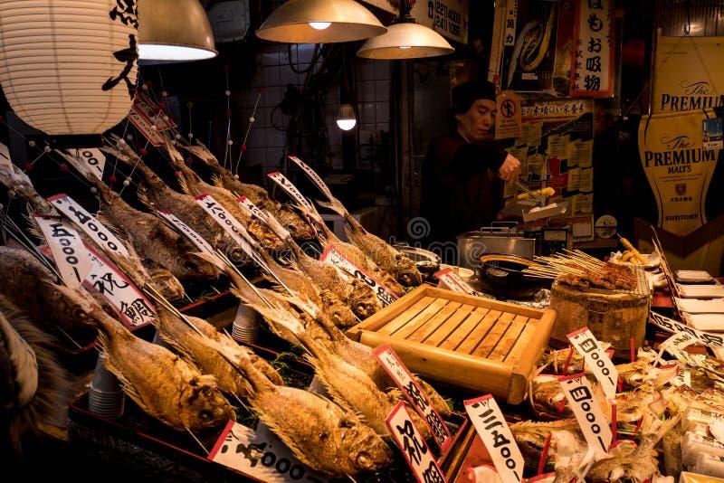 Djup stekt fiskställning på den japanska matmarknaden royaltyfri foto