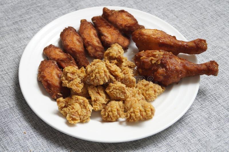 Djup stekt kyckling i olika former & anstrykningar royaltyfria foton