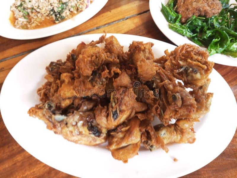 Djup stekt kyckling med klibbiga ris och kryddigt doppa, thailändsk maträtt arkivbild
