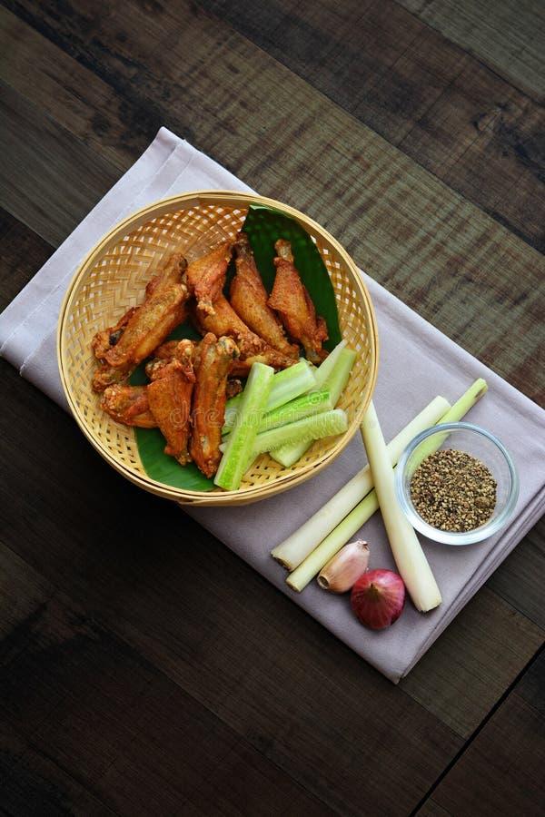 Djup stekt kyckling med salt eller fisksås fotografering för bildbyråer